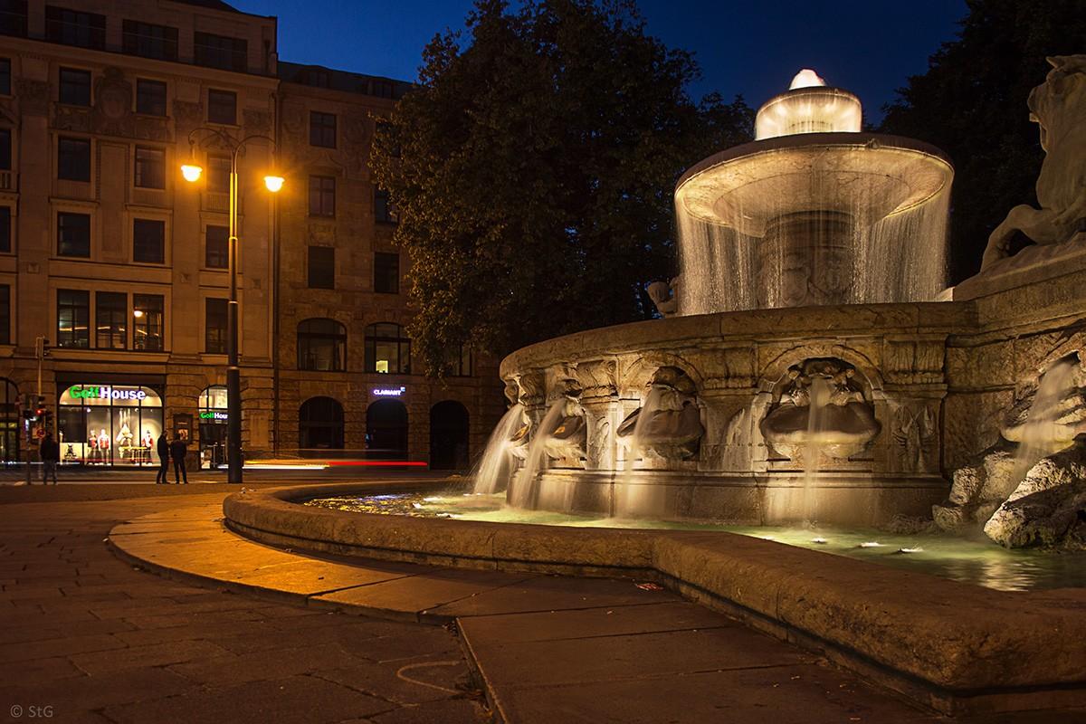 Fontäne bei Nacht
