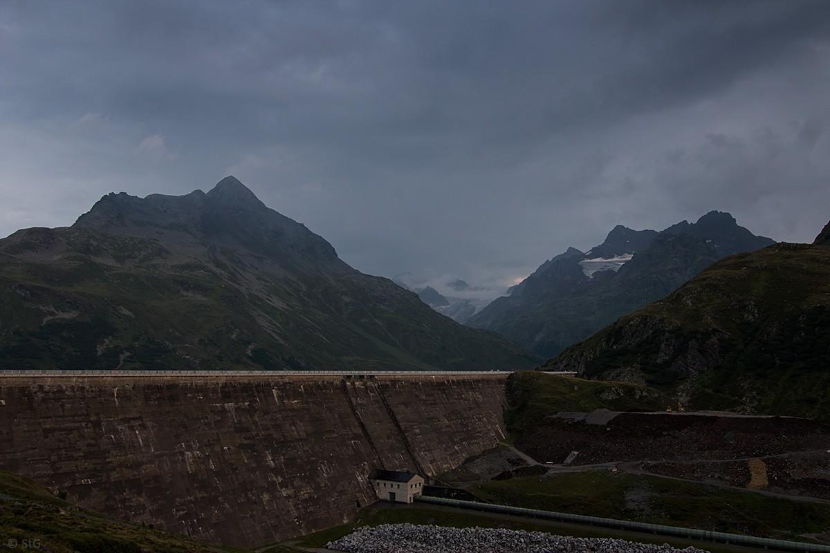 Regenwolken über der Staumauer