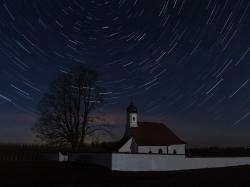 Sternstrichspuren über St. Walburga