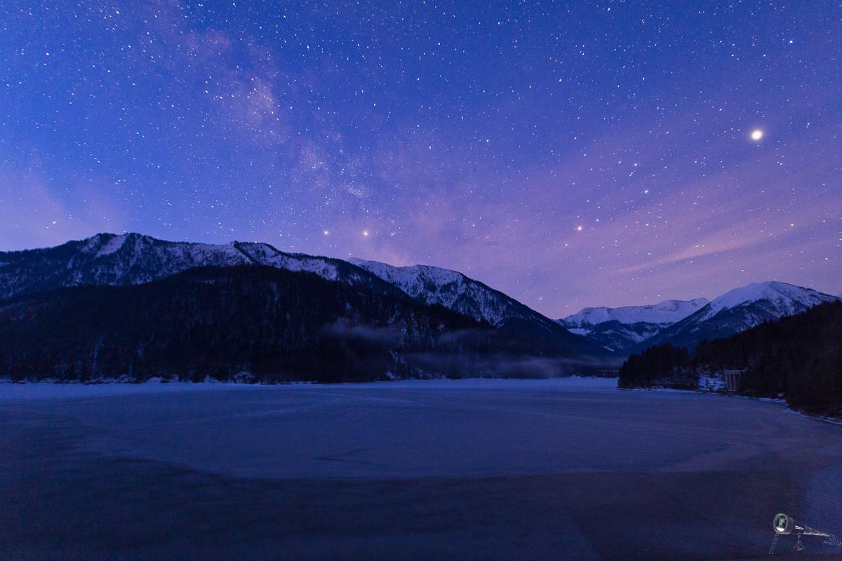 Sylvensteinspeicher und Milchstraße in der blauen Stunde